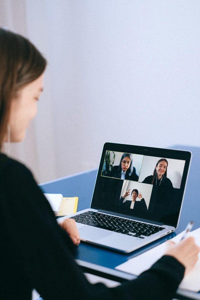 People On A Video Call investing español, noticias financieras
